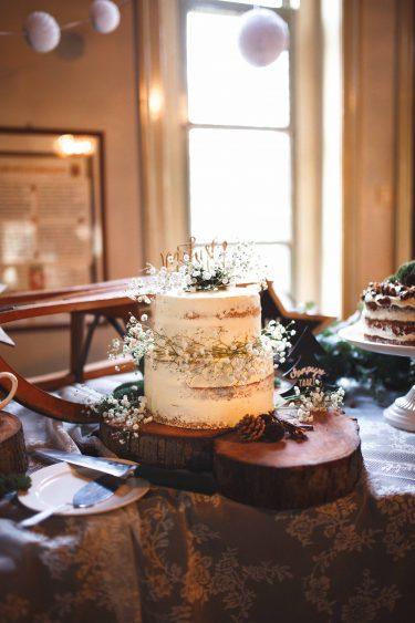 Trouwfotograaf winterse bruidstaart naked cake met gipskruid en eucalyptus