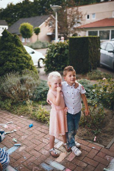 Trouwfotograaf bruiloft thuis in eigen tuin Apeldoorn Twente Enschede Gelderland