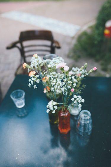 Trouwfotograaf bloemen op tafel