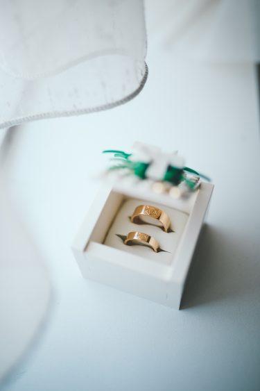 Trouwfotograaf gouden trouwringen in doosje van lego