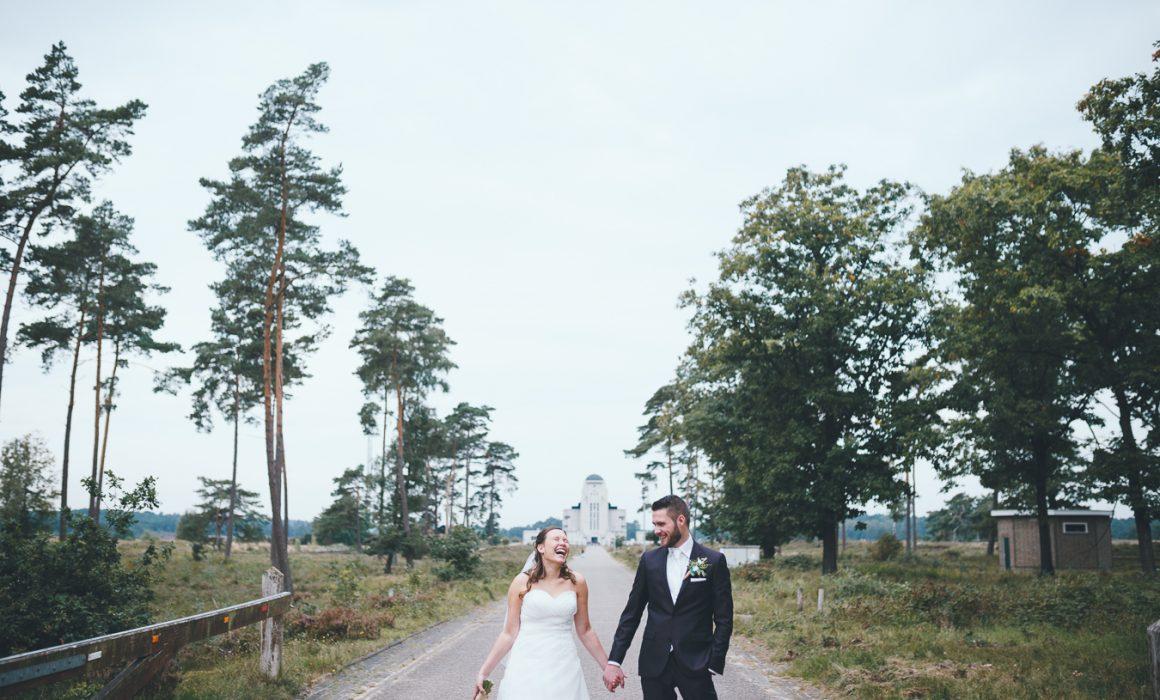 Trouwfotograaf bruidspaar fotoshoot bij Radio Kootwijk in natuur