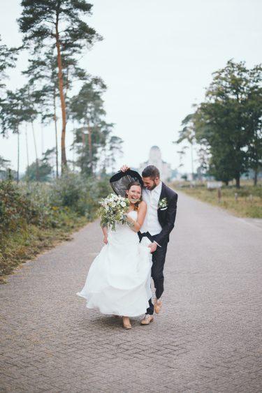 Trouwfotograaf bruidspaar trouwfoto's Radio Kootwijk rent vanwege regen