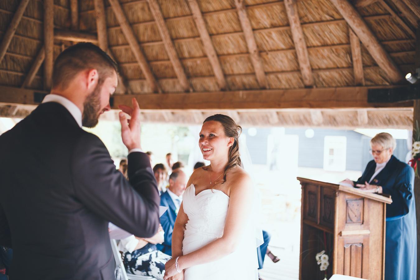 Trouwfotograaf bruidspaar spreekt geloften uit tijdens ceremonie