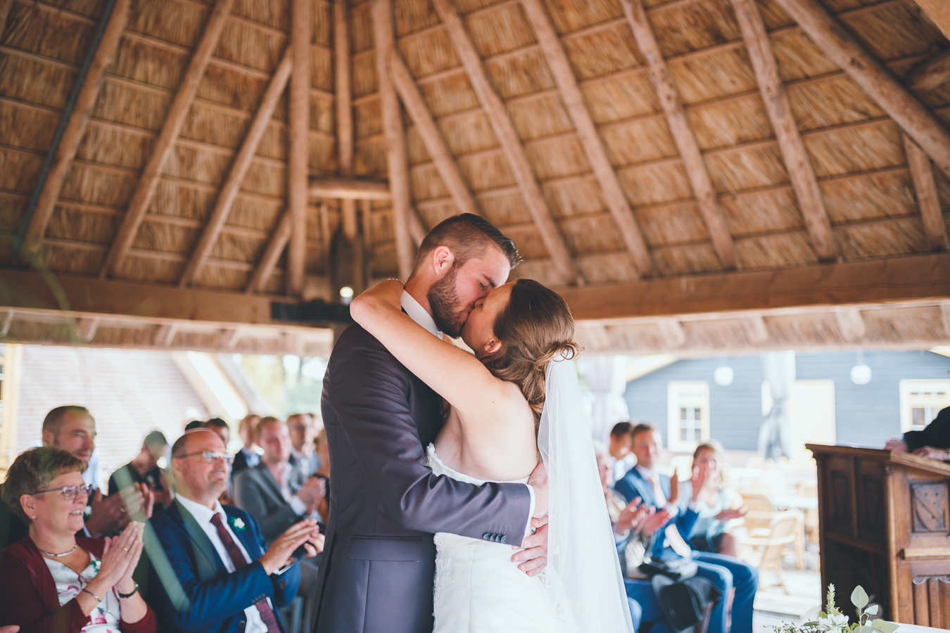 Trouwfotograaf bruidspaar kust tijdens ceremonie