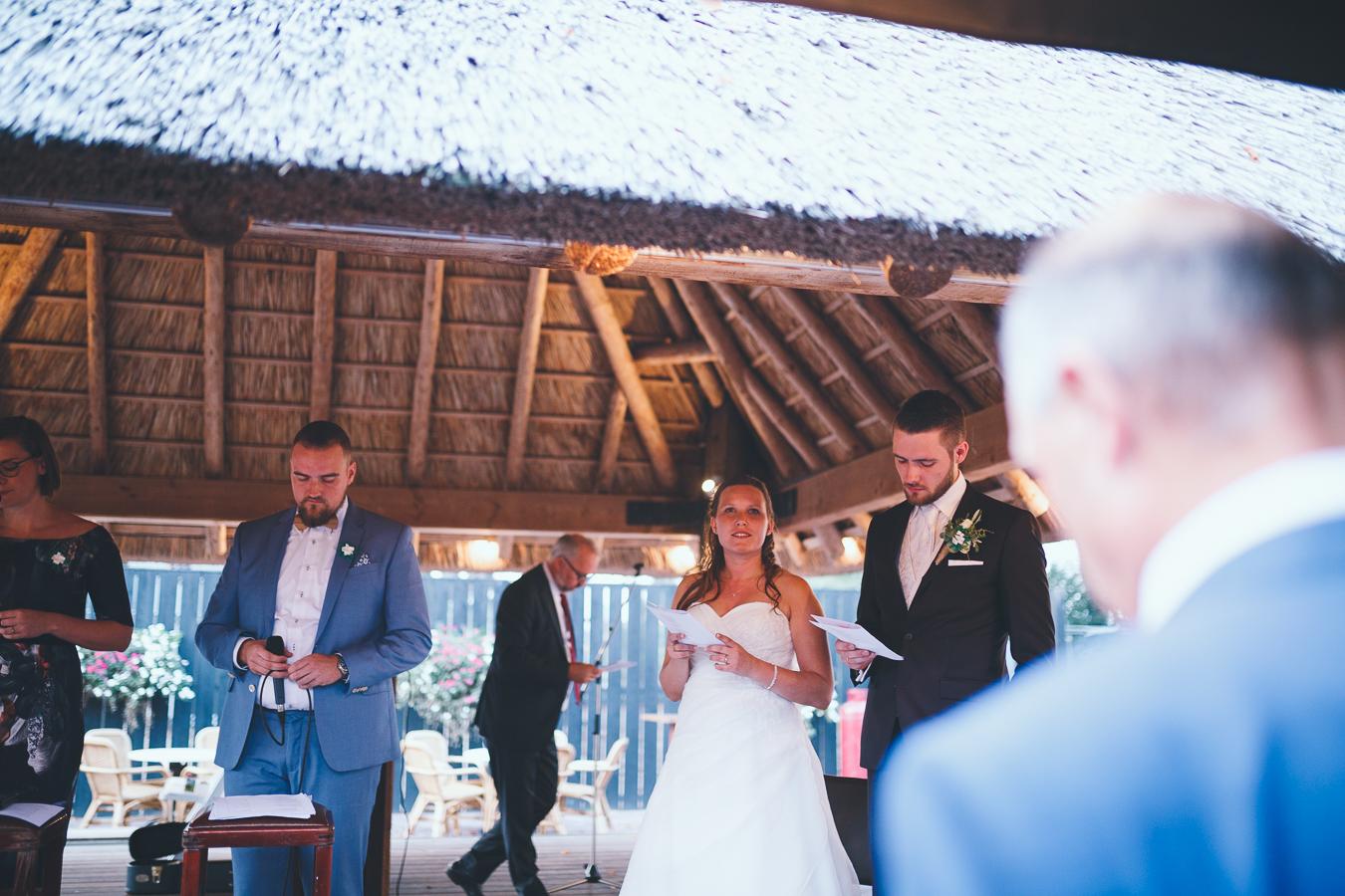 Trouwfotograaf bruidspaar zingt tijdens kerkdienst