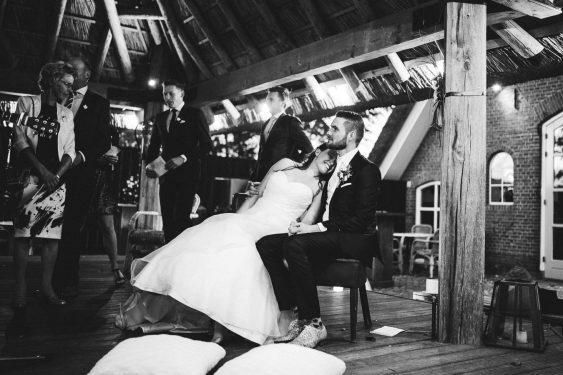 Trouwfotograaf bruidspaar tijdens kerkceremonie