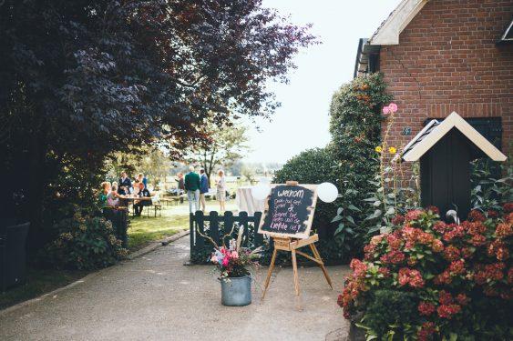Welkomstbord tijdens bruiloft thuis op erf van oude boerderij trouwfotograaf Apeldoorn