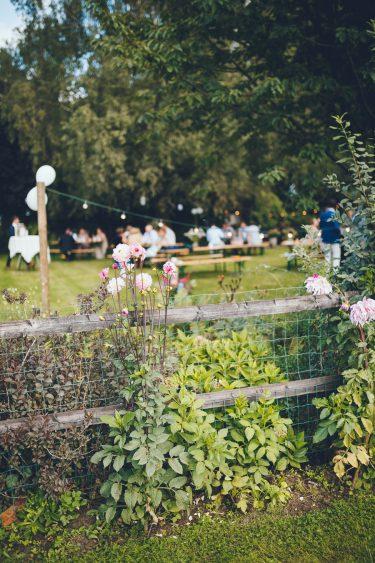 Bloemen in tuin tijdens bruiloft thuis op erf van oude boerderij trouwfotograaf Apeldoorn