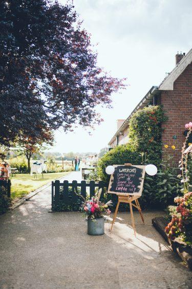 Welkomstbord bruiloft tijdens bruiloft thuis op erf van oude boerderij trouwfotograaf Apeldoorn