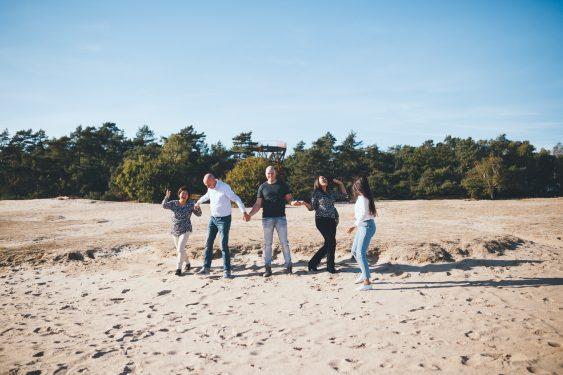 Familiefoto springen op Kootwijkerzand in Apeldoorn tijdens golden hour