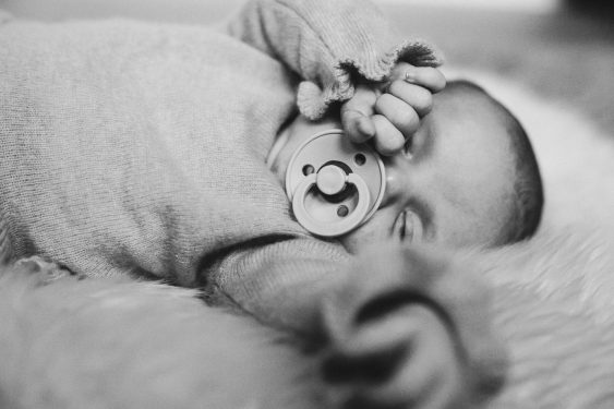 Baby rekt zich uit tijdens lifestyle newbornfotograaf Apeldoorn