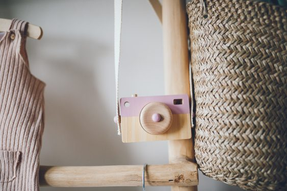 Camera detail in babykamer tijdens lifestyle newbornfotograaf Apeldoorn