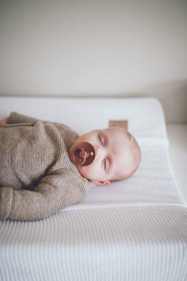 Baby ligt te slapen in babykamer tijdens lifestyle newbornfotograaf Apeldoorn