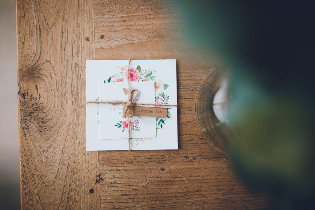 Geboortekaartje Guusje meisje bloemen wit craft eucalyptus tijdens lifestyle newbornfotograaf Apeldoorn