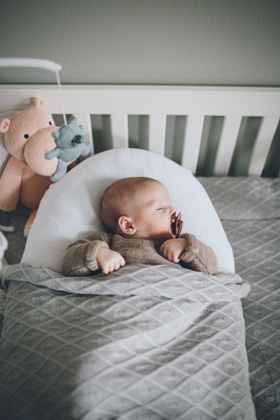 Slapende baby in box tijdens lifestyle newbornfotograaf Apeldoorn