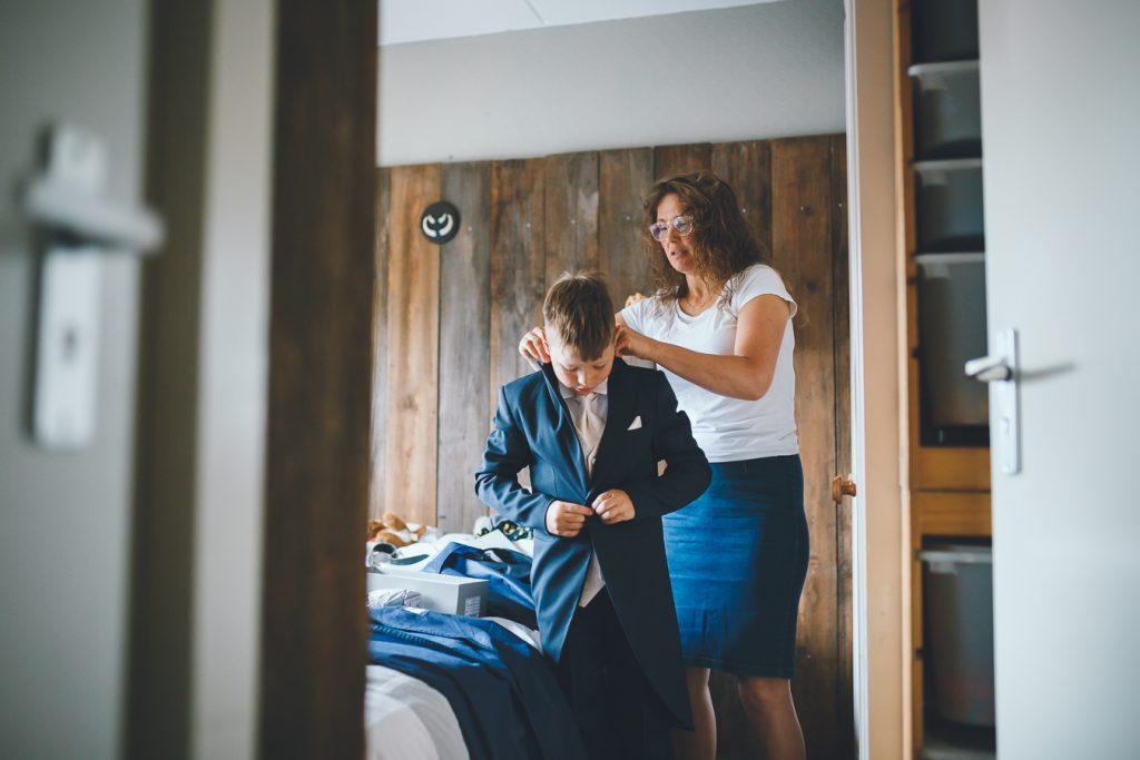 Voorbereidingen familie op bruiloft trouwfotograaf in Nunspeet