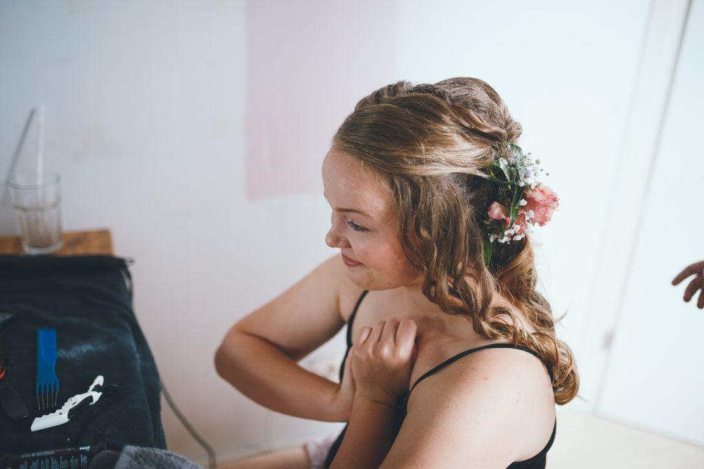 Bruid met bloemen in haar in spanning op bruiloft trouwfotograaf in Nunspeet