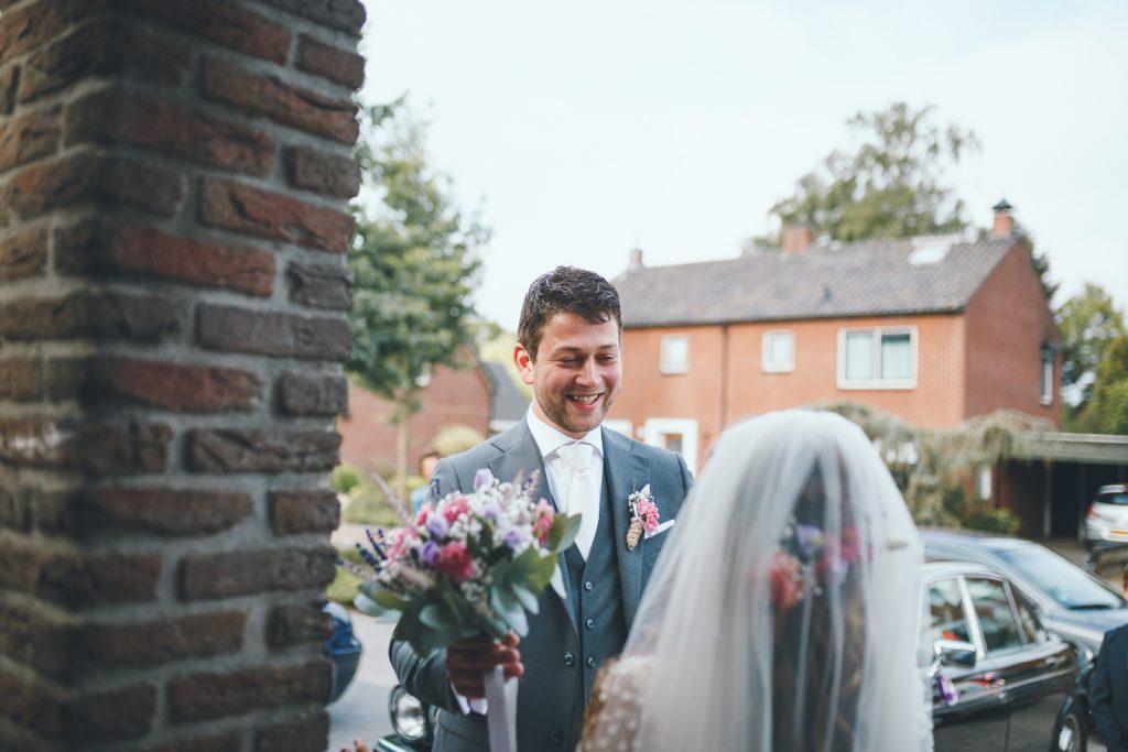 First look op bruiloft trouwfotograaf in Nunspeet