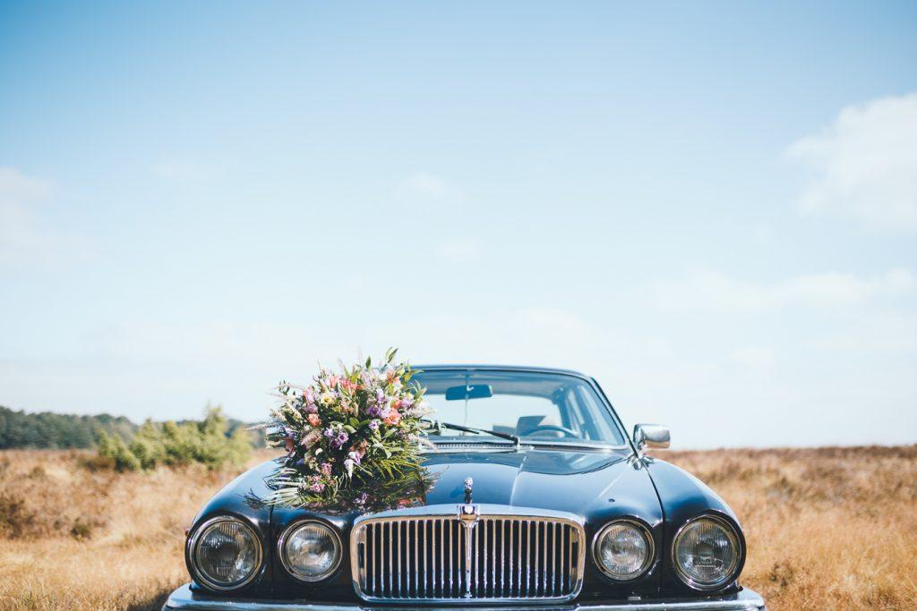 Bruid en bruidegom fotosessie op de Veluwe op bruiloft trouwfotograaf in Nunspeet