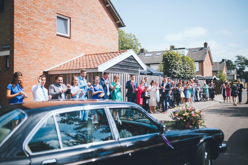 Daggasten wachten bruidspaar op op bruiloft trouwfotograaf in Nunspeet