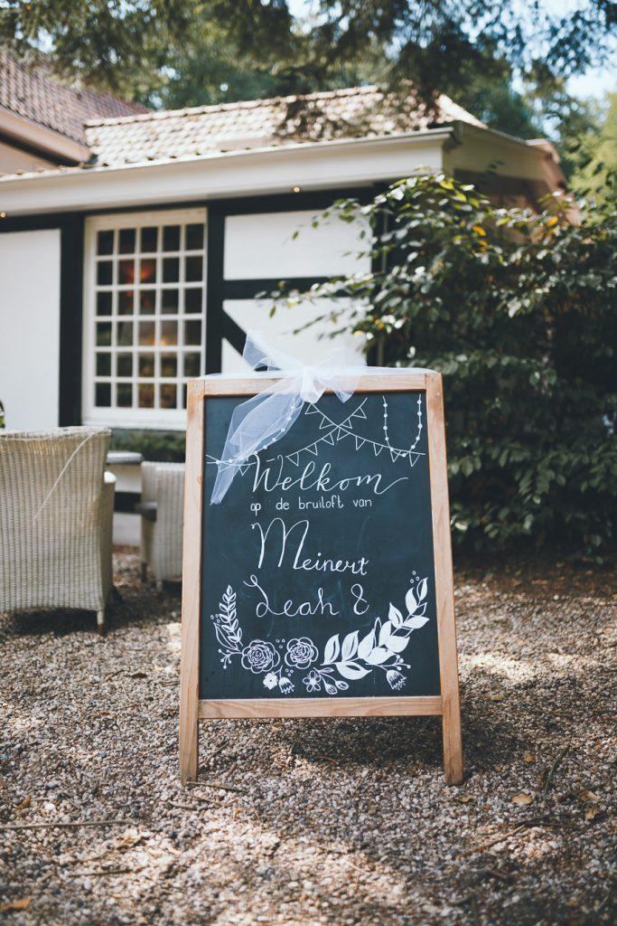 Welkomstbord op bruiloft trouwfotograaf in Nunspeet