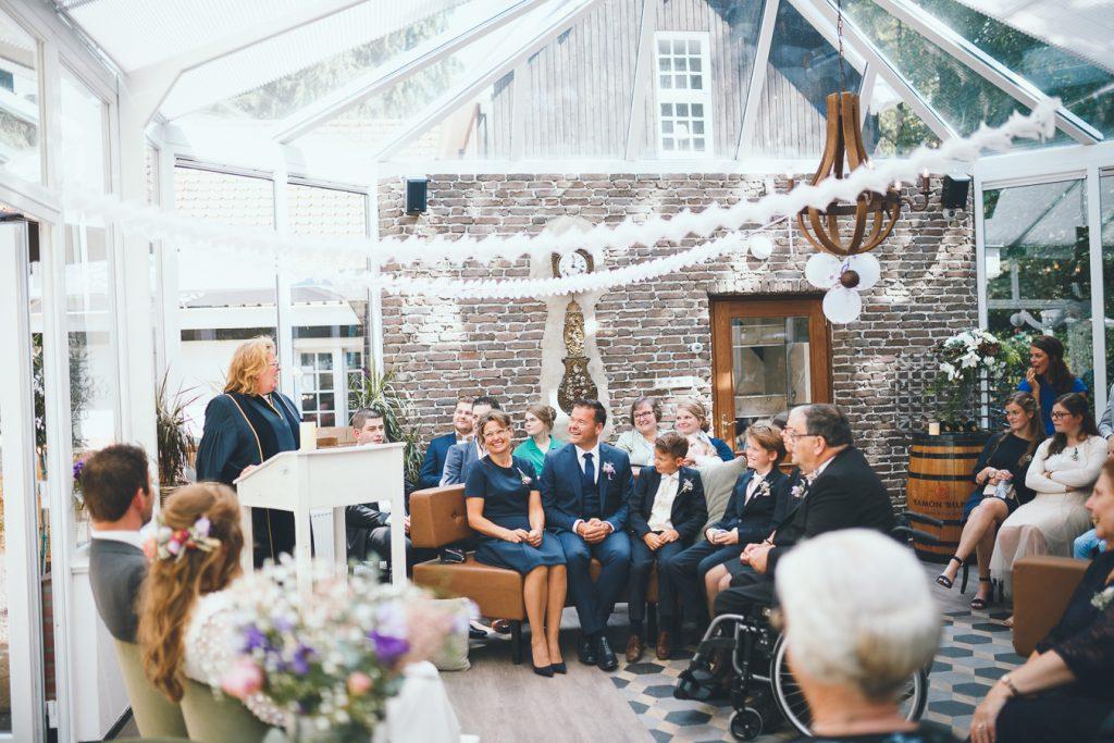 Trouwceremonie met trotse familie op bruiloft trouwfotograaf in Nunspeet