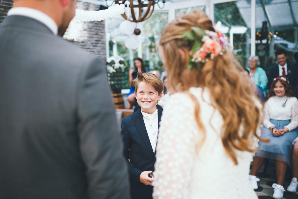 Ringenjongen broertje op bruiloft trouwfotograaf in Nunspeet