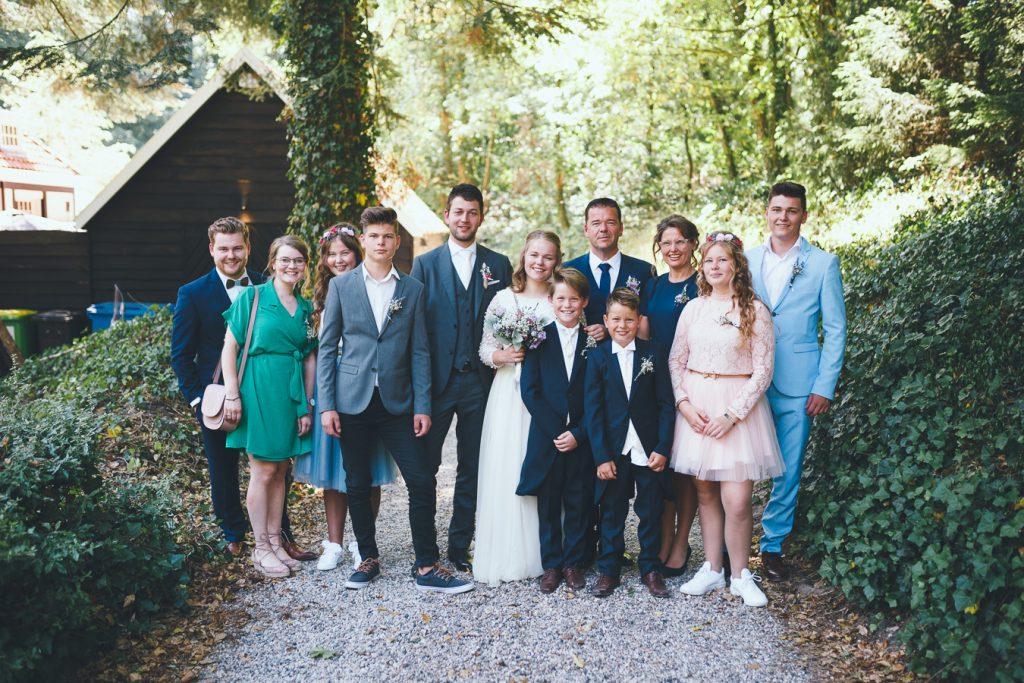 Groepsfoto familie op bruiloft trouwfotograaf in Nunspeet