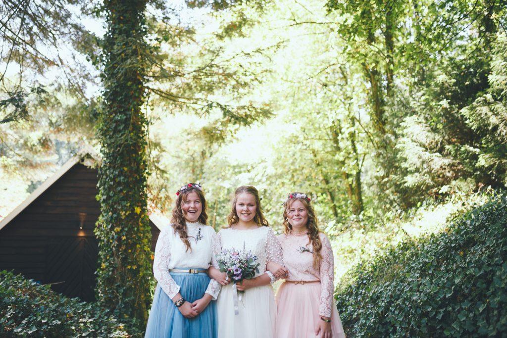 Bruid met haar zusjes als bruidsmeisjes op bruiloft trouwfotograaf in Nunspeet
