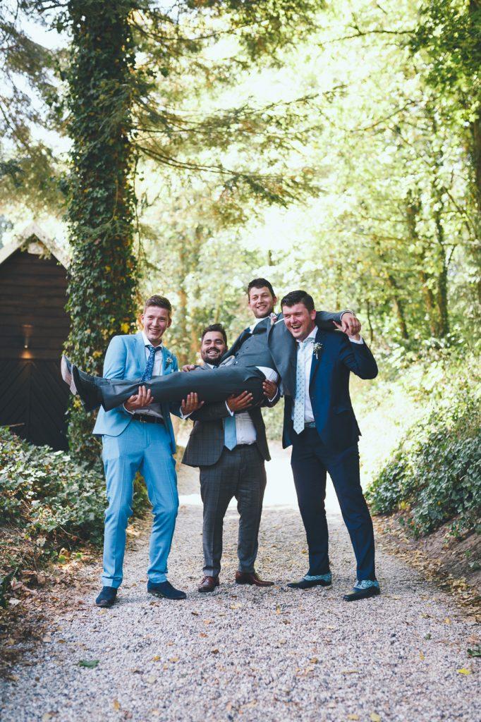 Groepsfoto mannen op bruiloft trouwfotograaf in Nunspeet