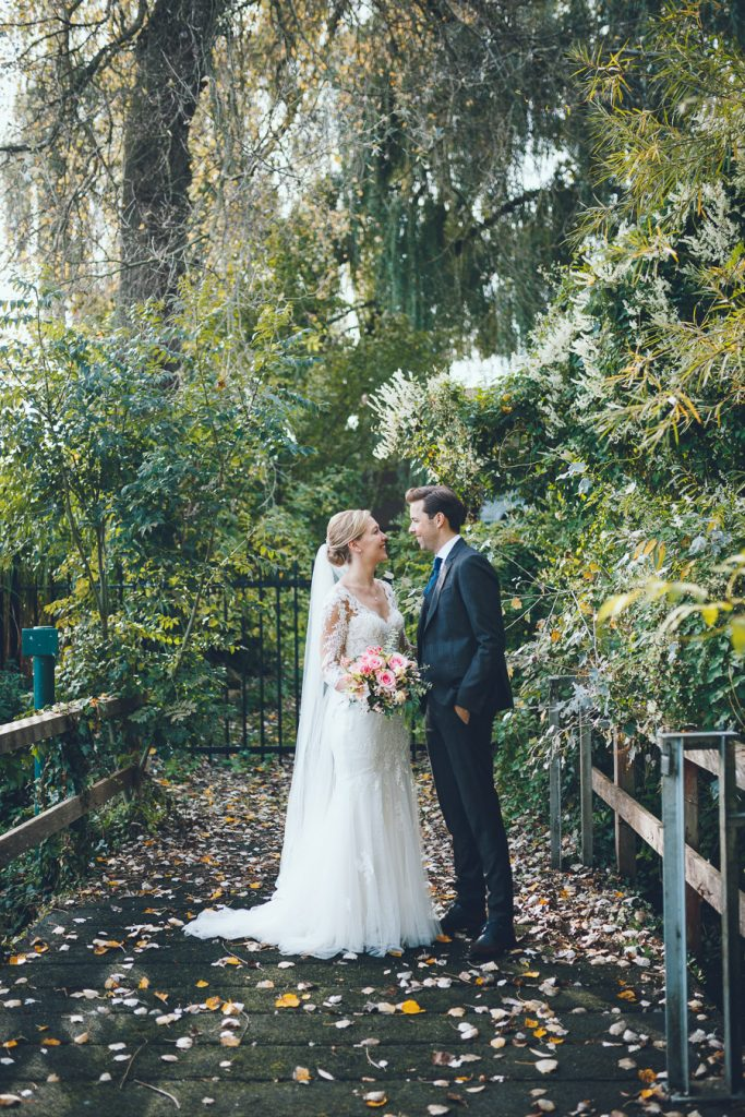 Fotosessie op brug in groen op bruiloft trouwfotograaf in Den Bosch