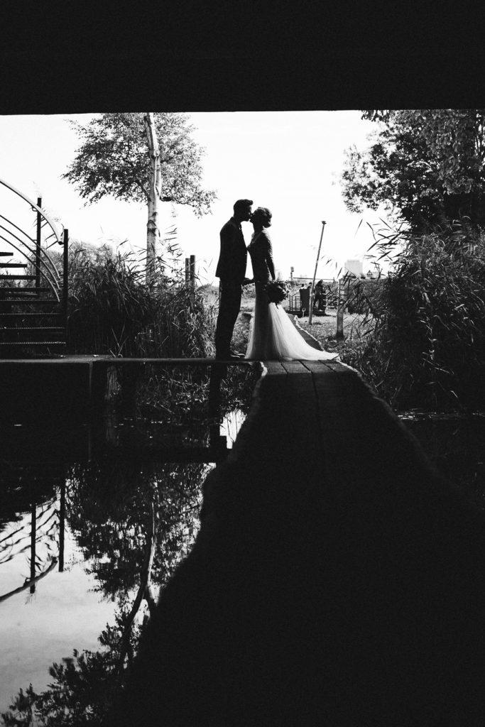 Silhouet bruid en bruidegom zwart wit op bruiloft trouwfotograaf in Den Bosch