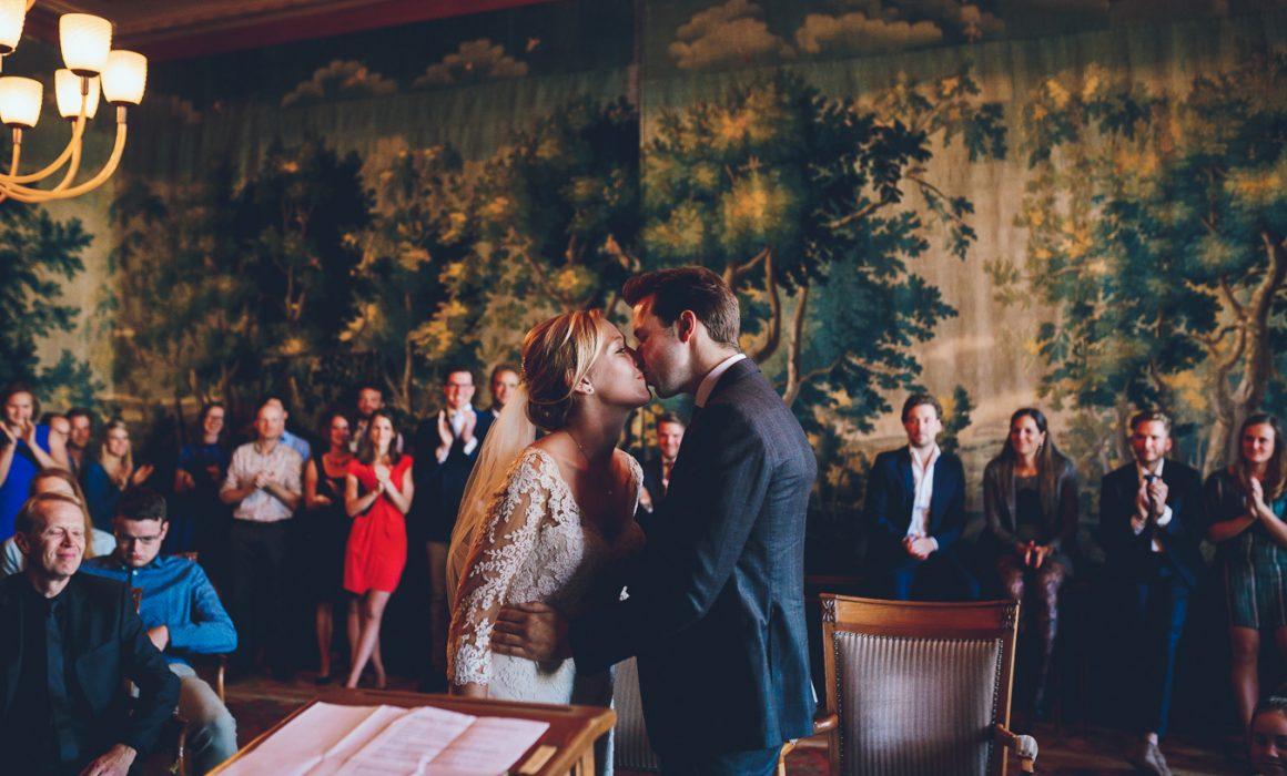 Bruidspaar kust elkaar tijdens trouwceremonie in stadhuis Den Bosch op bruiloft trouwfotograaf in Den Bosch