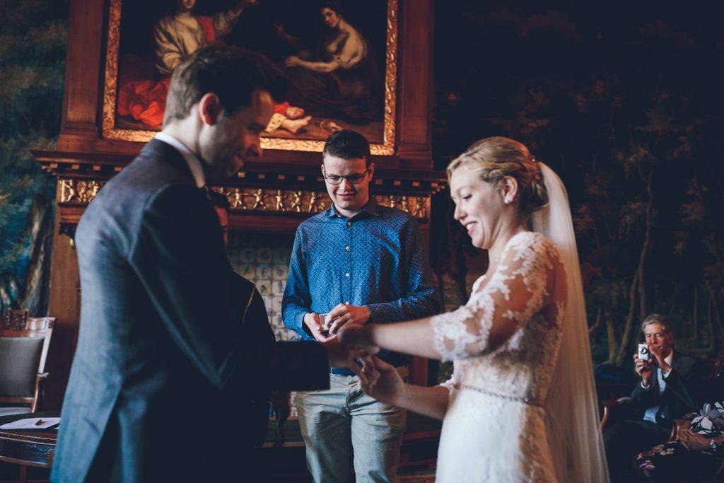 Bruidspaar wisselt ringen uit tijdens ceremonie in oude stadhuis op bruiloft trouwfotograaf in Den Bosch