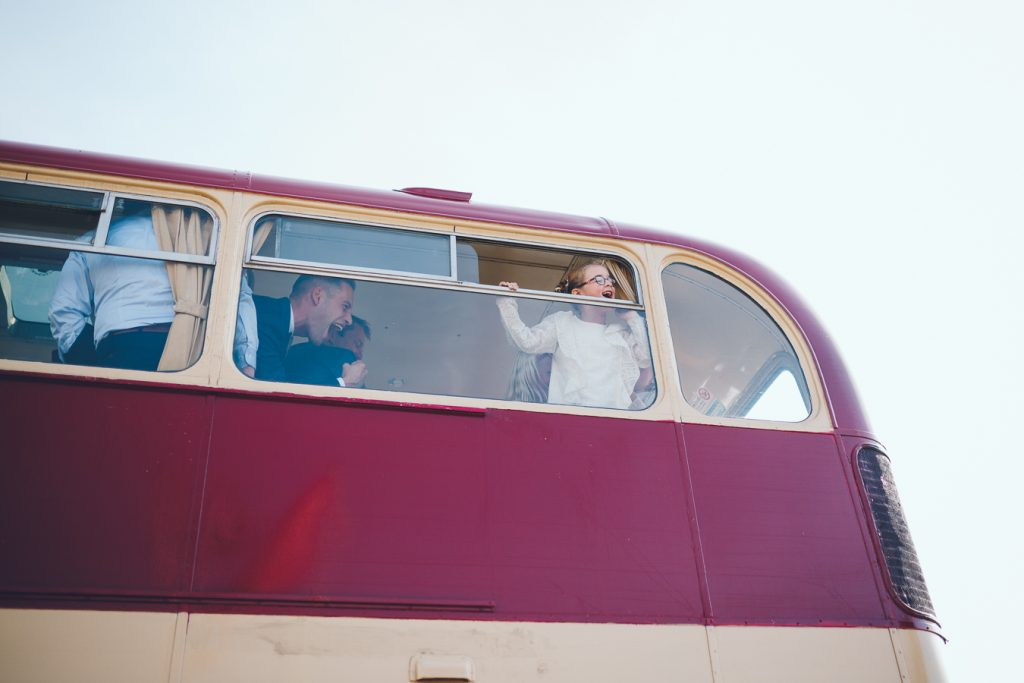 Meisje kijkt uit raam in oude Engelse dubbeldekkerbus op bruiloft trouwfotograaf in Den Bosch