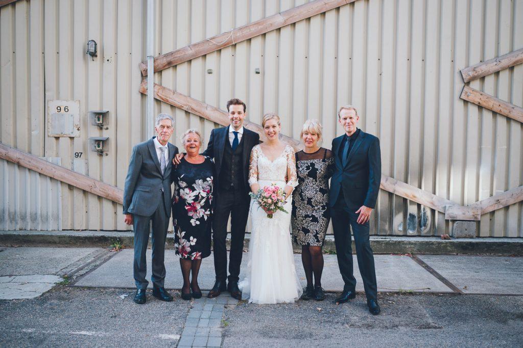 Familieportret groepsfoto industriële locatie Tramkade Den Bosch op bruiloft trouwfotograaf in Den Bosch