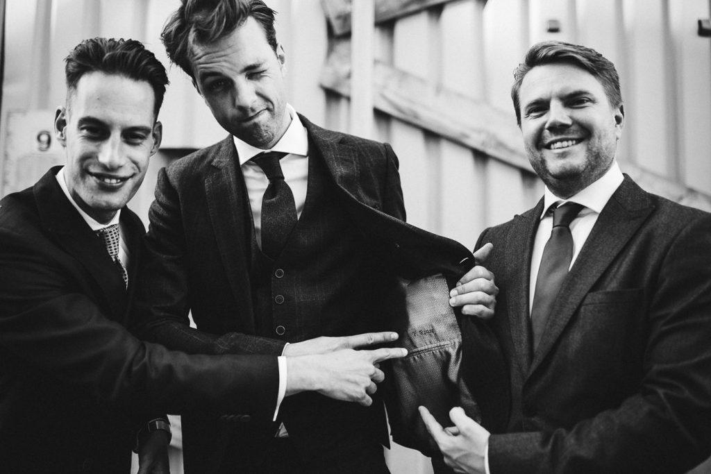 Groepsfoto mannen bruiloft zwart wit op bruiloft trouwfotograaf in Den Bosch