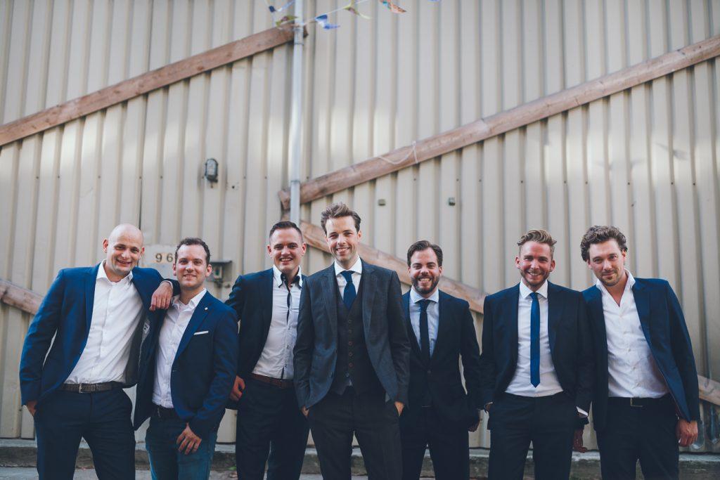 Groepsfoto mannen op bruiloft trouwfotograaf in Den Bosch