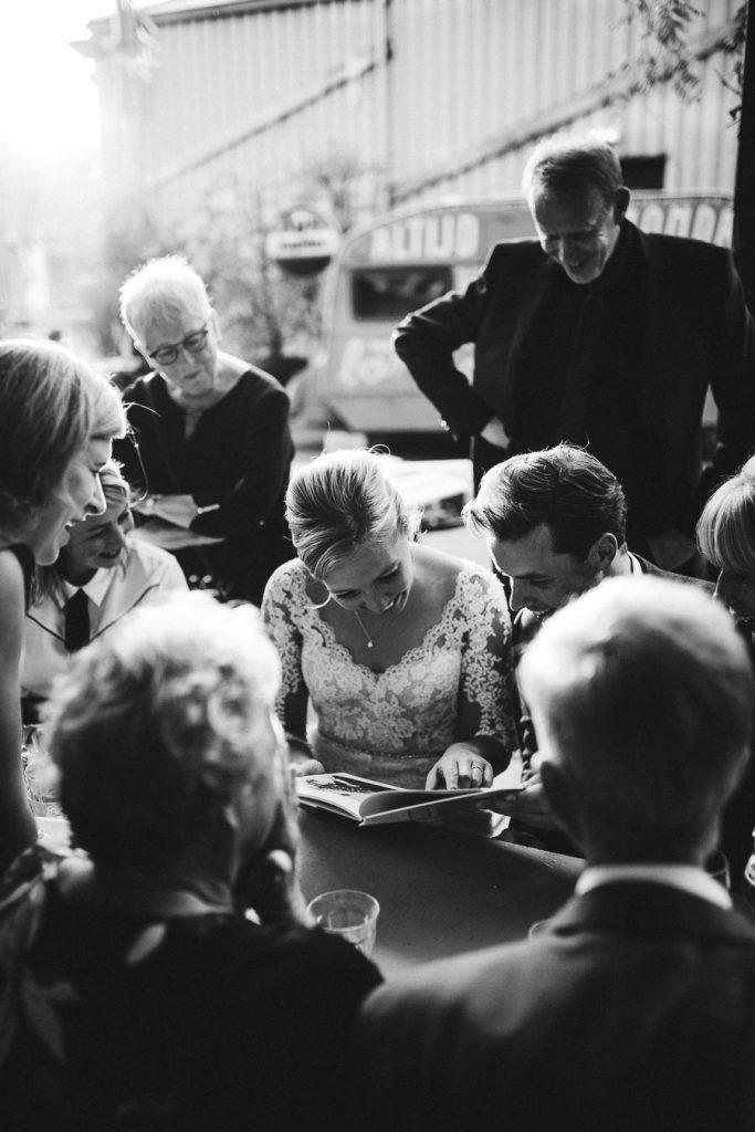 Bruidspaar bekijkt fotocadeau op bruiloft trouwfotograaf in Den Bosch