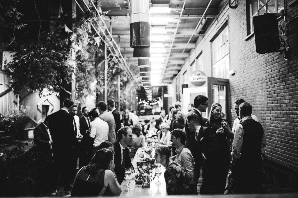 Lange tafels buiten op bruiloft trouwfotograaf in Den Bosch