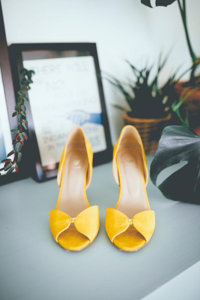 Gele trouwschoenen pumps tijdens bruiloft in fruittuin trouwfotograaf Amsterdam Apeldoorn