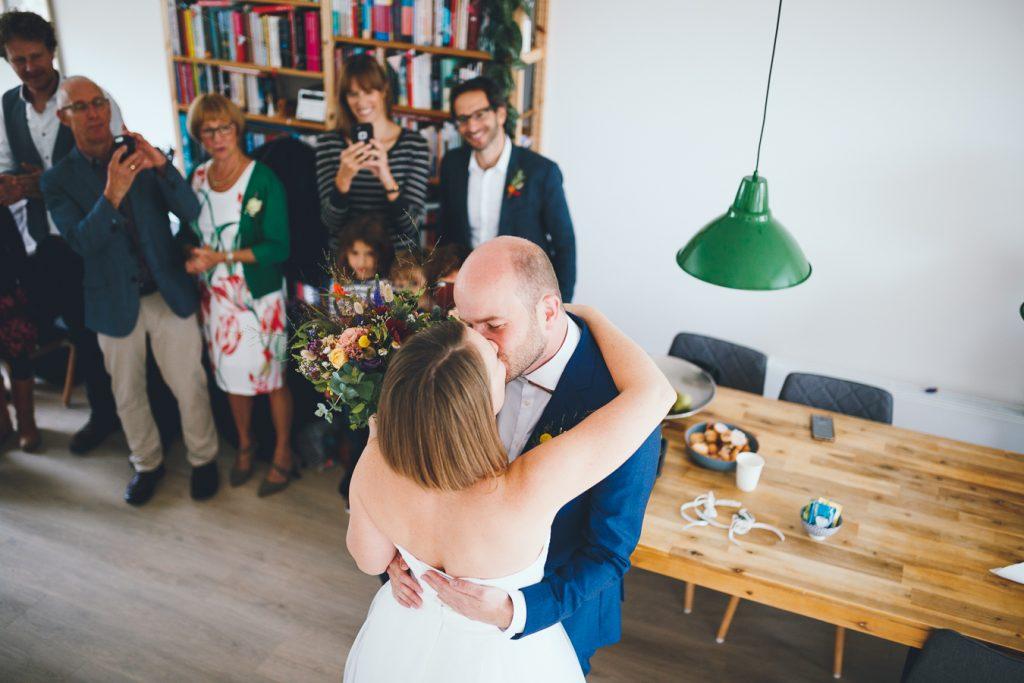 First look bruidspaar tijdens bruiloft in fruittuin trouwfotograaf Amsterdam Apeldoorn