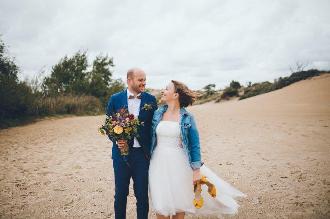 Bruidspaar fotoshoot in de duinen bij Zuid Kennemerland Bloemendaal tijdens bruiloft in fruittuin trouwfotograaf Amsterdam Apeldoorn