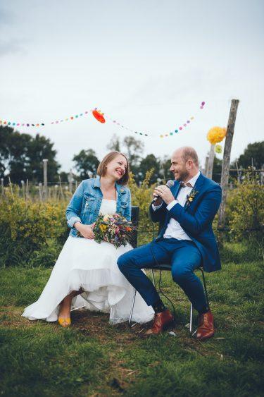 Bruidspaar spreekt naar elkaar tijdens bruiloft in fruittuin trouwfotograaf Amsterdam Apeldoorn