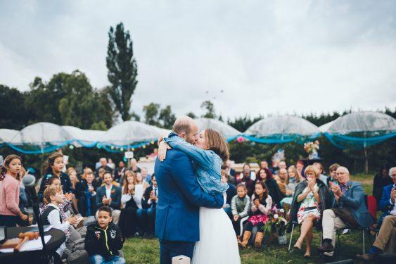 Bruidspaar kust de kus tijdens bruiloft in fruittuin trouwfotograaf Amsterdam Apeldoorn