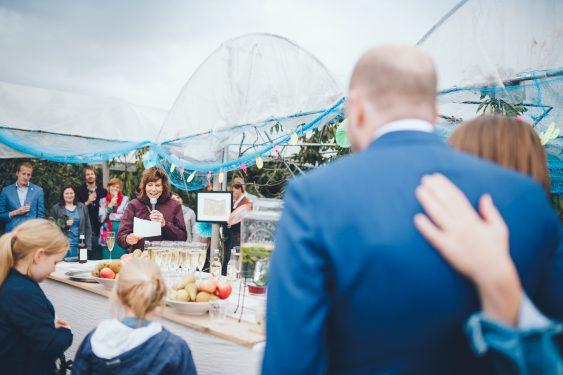 Moeder van de bruidegom speecht tijdens bruiloft in fruittuin trouwfotograaf Amsterdam Apeldoorn