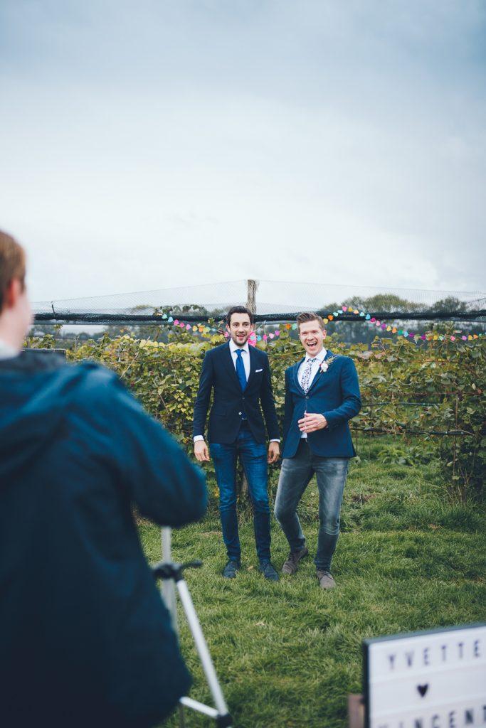 Bruidsgasten op de foto tijdens bruiloft in fruittuin trouwfotograaf Amsterdam Apeldoorn
