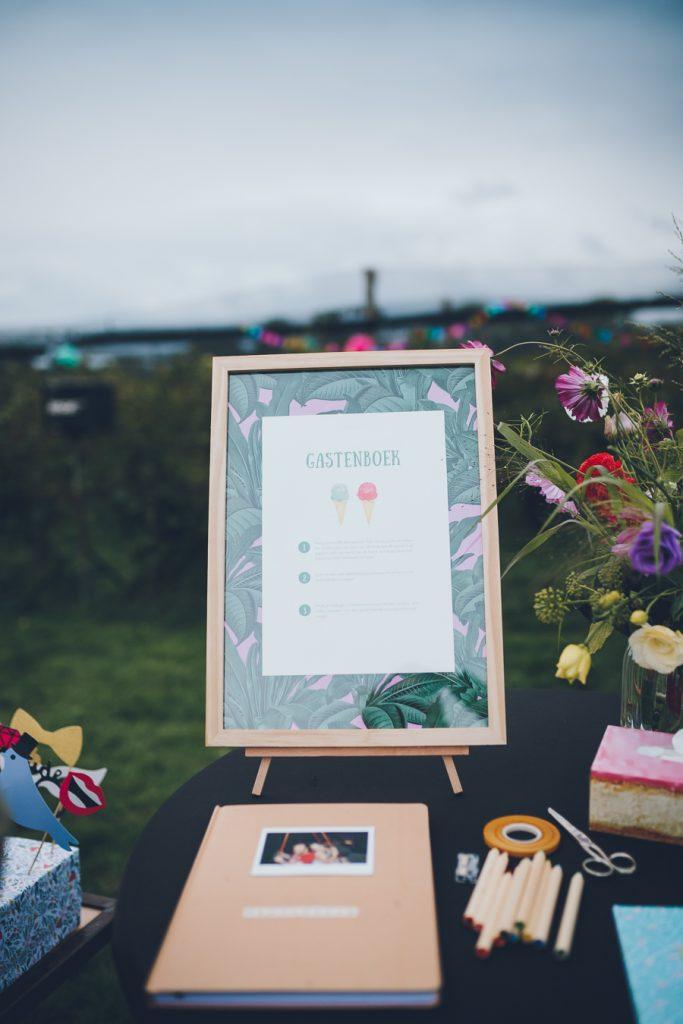 Gastenboekidee tijdens bruiloft in fruittuin trouwfotograaf Amsterdam Apeldoorn