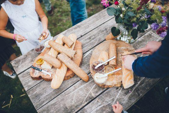 Borrel tijdens bruiloft in fruittuin trouwfotograaf Amsterdam Apeldoorn