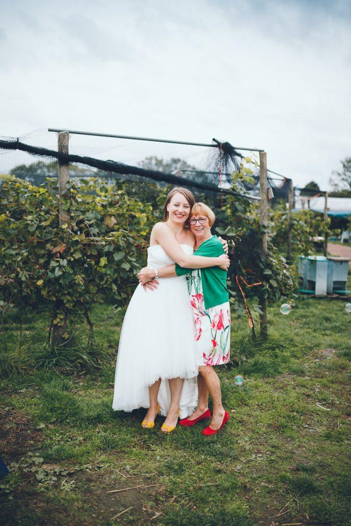 Bruid met moeder op foto tijdens bruiloft in fruittuin trouwfotograaf Amsterdam Apeldoorn